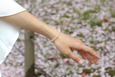 「愛の家」ローズクォーツ・モルガナイトブレスレット(相合い~相生6ミリ~)のシンプル着用イメージ