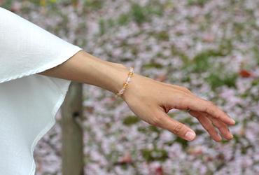 「心の目覚め」ローズクォーツ・シトリンブレスレット(相合い~相生6ミリ~)のシンプル着用イメージ