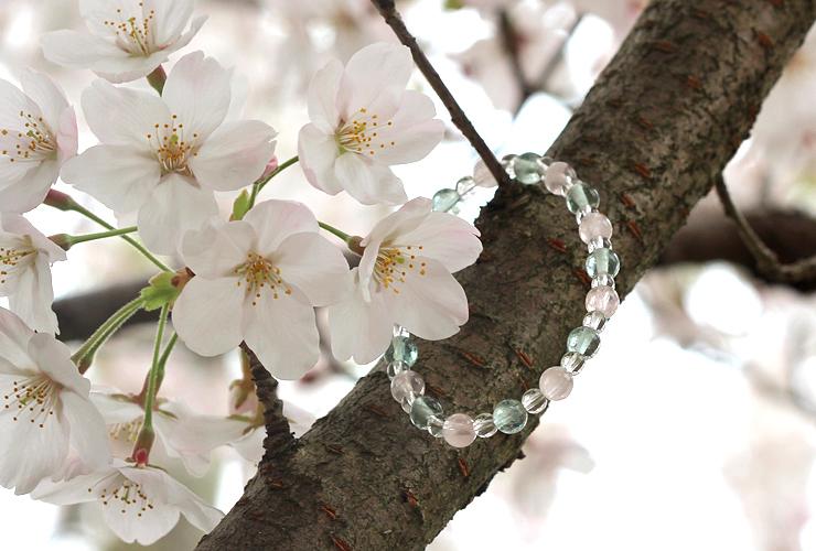 「花の冠」ローズクォーツ・グリーンフローライトブレスレット(相合い~相生6ミリ~)の風景メインイメージ