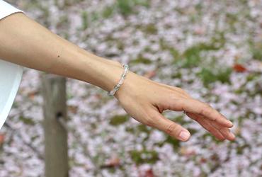 「花の冠」ローズクォーツ・グリーンフローライトブレスレット(相合い~相生6ミリ~)のシンプル着用イメージ