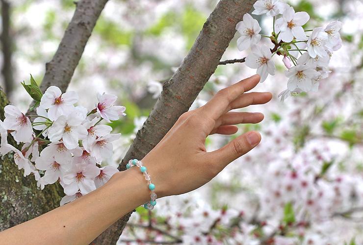「春の息吹」ローズクォーツ・アマゾナイトブレスレット(相合い~相生6ミリ~)の風景着用イメージ
