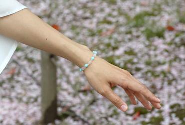 「春の息吹」ローズクォーツ・アマゾナイトブレスレット(相合い~相生6ミリ~)のシンプル着用イメージ
