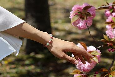 「人の美」翡翠・ロードナイトブレスレット(相合い~相生6ミリ~)のシンプル着用イメージ