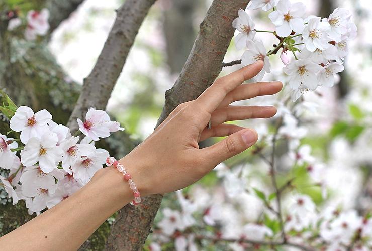 「女神の愛」ローズクォーツ・インカローズブレスレット(相合い~相生6ミリ~)の風景着用イメージ