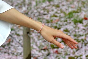 「女神の愛」ローズクォーツ・インカローズブレスレット(相合い~相生6ミリ~)のシンプル着用イメージ