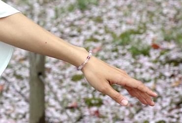 「再生の友」ローズクォーツ・ラベンダーアメジストブレスレット(相合い~相生6ミリ~)のシンプル着用イメージ
