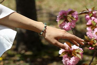 「創成の秘密」翡翠・ブラッドストーンブレスレット(相合い~相生6ミリ~)のシンプル着用イメージ