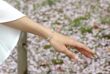「私の成長」ローズクォーツ・翡翠ブレスレット(相合い~相生6ミリ~)のシンプル着用イメージ