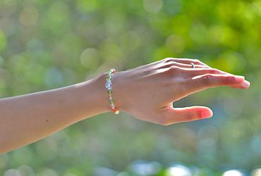 「葉月」8月の誕生石ペリドットブレスレット(こよみ月~花かずら6ミリ~)のシンプル着用イメージ