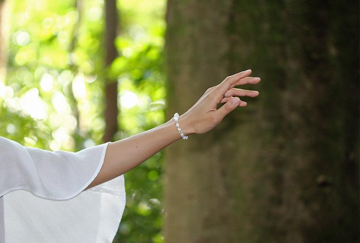 「神無月」10月の誕生石ホワイトオパールブレスレット(こよみ月~花かずら6ミリ~)の風景着用イメージ