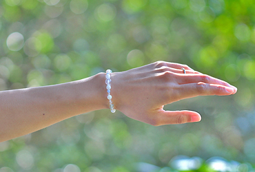 「神無月」10月の誕生石ホワイトオパールブレスレット(こよみ月~花かずら6ミリ~)のシンプル着用イメージ