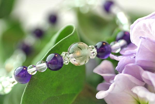 「如月」2月の誕生石アメジストブレスレット(こよみ月~花かずら6ミリ~)のメインフラワーイメージ