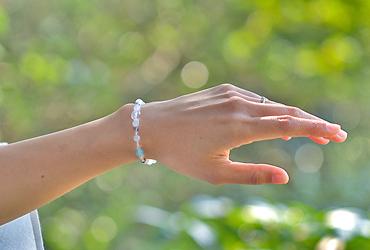 「水無月」6月の誕生石ブルームーンストーンブレスレット(こよみ月~花かずら6ミリ~)のシンプル着用イメージ