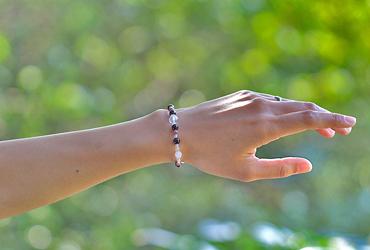 「睦月」1月の誕生石ガーネットブレスレット(こよみ月~花かずら6ミリ~)のシンプル着用イメージ