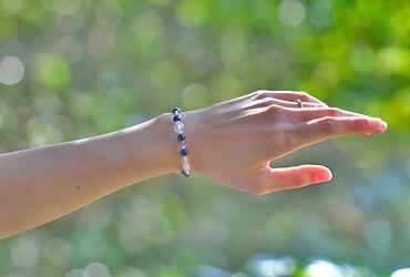 「長月」9月の誕生石サファイアブレスレット(こよみ月~花かずら6ミリ~)のシンプル着用イメージ