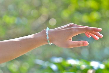 「皐月」5月の誕生石翡翠ブレスレット(こよみ月~花かずら6ミリ~)のシンプル着用イメージ