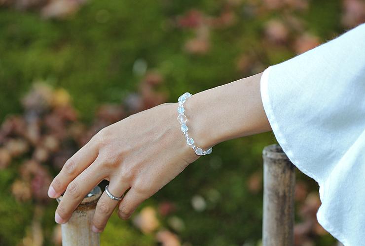 「霜月」11月の誕生石ブルートパーズブレスレット(こよみ月~花かずら6ミリ~)の風景着用イメージ