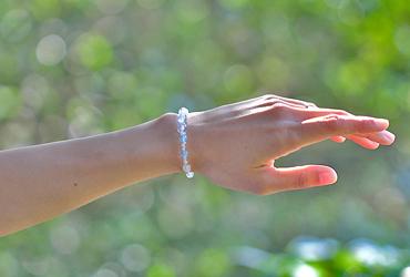 「霜月」11月の誕生石ブルートパーズブレスレット(こよみ月~花かずら6ミリ~)のシンプル着用イメージ