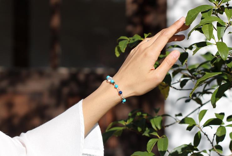 「師走」12月の誕生石ターコイズブレスレット(こよみ月~花かずら6ミリ~)の風景着用イメージ