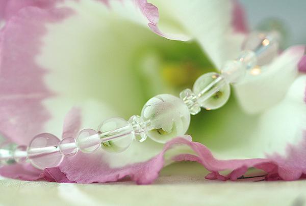 「卯月」4月の誕生石水晶ブレスレット(こよみ月~花かずら6ミリ~)のメインフラワーイメージ