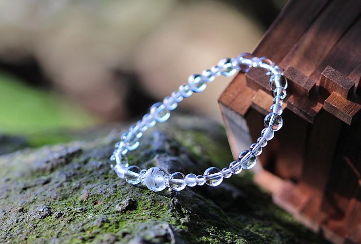 「卯月」4月の誕生石水晶ブレスレット(こよみ月~花かずら6ミリ~)の風景メインイメージ