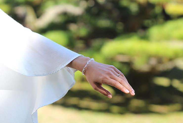 「卯月」4月の誕生石水晶ブレスレット(こよみ月~花かずら6ミリ~)の風景着用イメージ