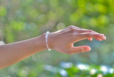 「卯月」4月の誕生石水晶ブレスレット(こよみ月~花かずら6ミリ~)のシンプル着用イメージ