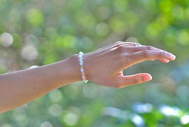 「弥生」3月の誕生石アクアマリンブレスレット(こよみ月~花かずら6ミリ~)のシンプル着用イメージ